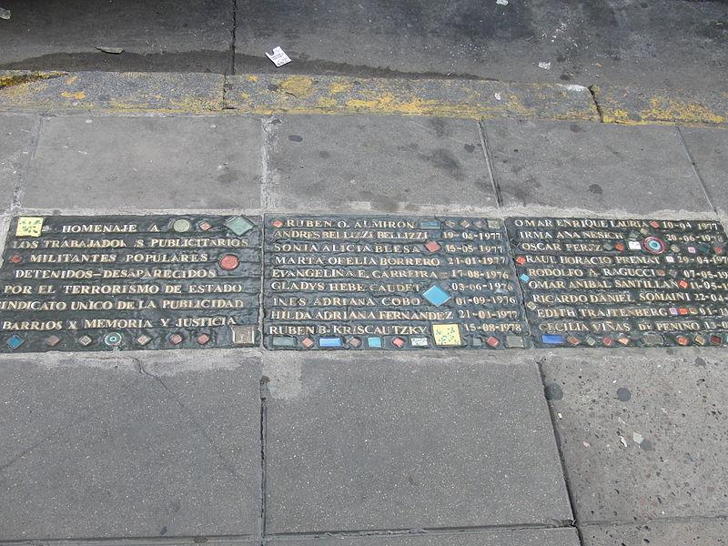 """Gedenkstein an """"Desaparecidos""""(Verschwundene) in einer Strasse in Buenos Aires."""